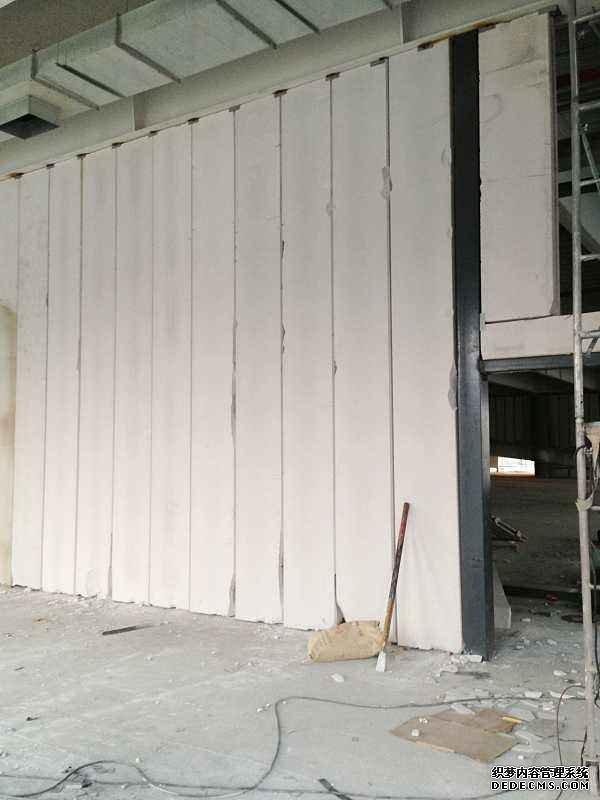 1500平的Alc隔墙板在炎热天气下安装完成